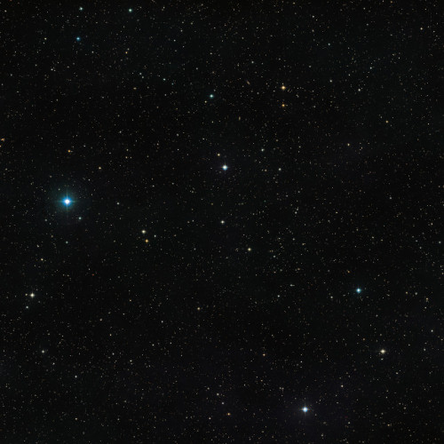 The sky around the double star V471 Tauri, visible in low luminosity in the middle of the image (Image ESO/Digitized Sky Survey 2)