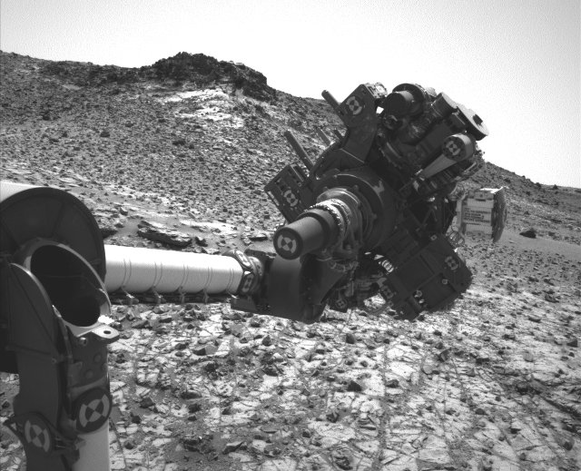 The Mars Rover Curiosity's robotic arm in the position in which was blocked after the short circuit suffered on February 27, 2015 (Photo NASA/JPL-Caltech/MSSS)