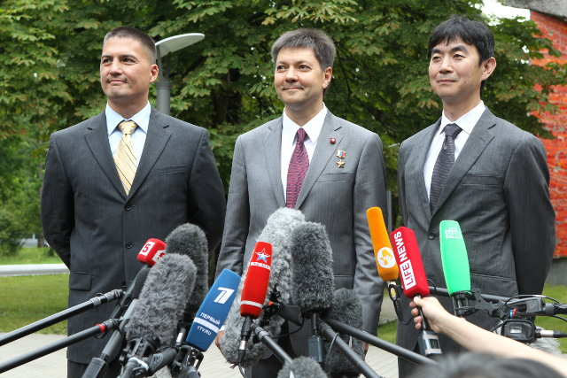 Kjell Lindgren, Oleg Kononenko and Kimiya Yui during a press conference (Photo NASA)
