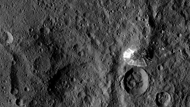 Picture of the lonly mountain on Ceres taken by the Dawn space probe (Photo NASA/JPL-Caltech/UCLA/MPS/DLR/IDA)