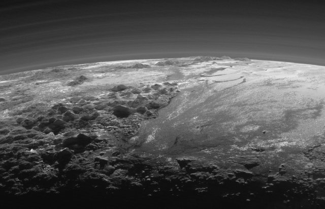 Mountains and the layers of the atmosphere on Pluto (Photo NASA/JHUAPL/SwRI)