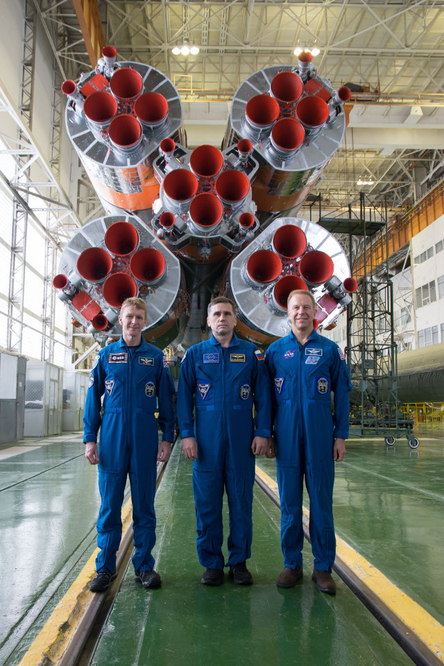 Tim Peake, Yuri Malenchenko and Tim Kopra in front of the Soyuz rocket (Photo NASA)