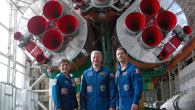 Peggy Whitson, Oleg Novitskiy and Thomas Pesquet in front of the Soyuz rocket (Photo NASA)