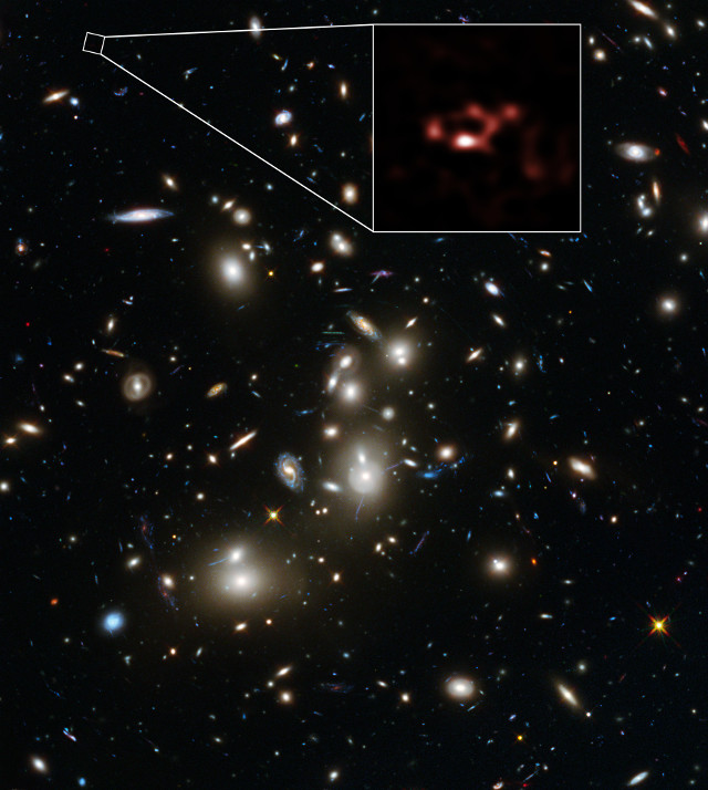 The galaxy cluster Abell 2744 and the galaxy A2744_YD4 magnified (Image ALMA (ESO/NAOJ/NRAO), NASA, ESA, ESO and D. Coe (STScI)/J. Merten (Heidelberg/Bologna))