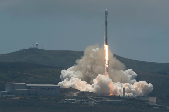 The GRACE-FO satellites blasting off atop a Falcon 9 rocket (Photo NASA/Bill Ingalls)