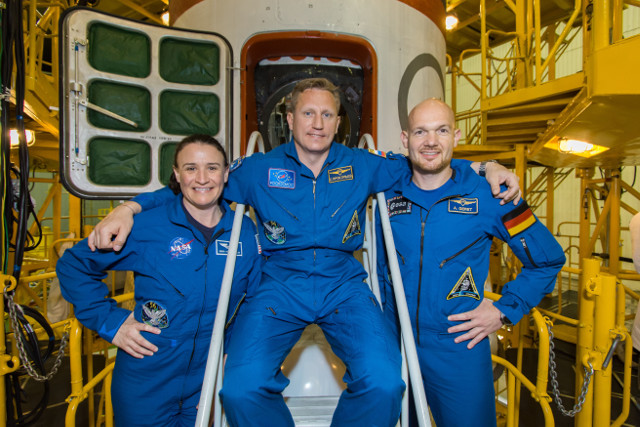 Serena Auñón-Chancellor, Sergey Prokopyev e Alexander Gerst in front of the Soyuz MS-09 spacecraft (Photo NASA)