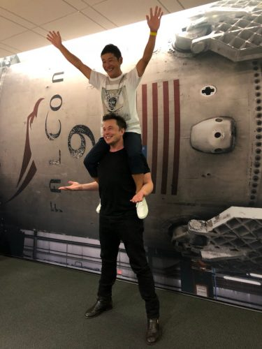 Yusaku Maezawa on Elon Musk's shoulders (Image courtesy Elon Musk. All rights reserved)
