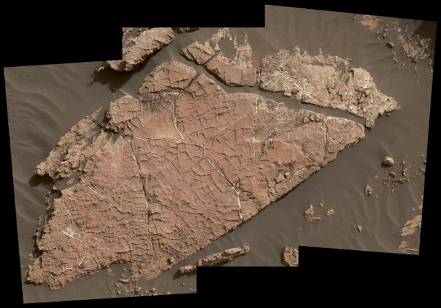 Traces of ancient salty ponds at the bottom of Gale Crater on Mars
