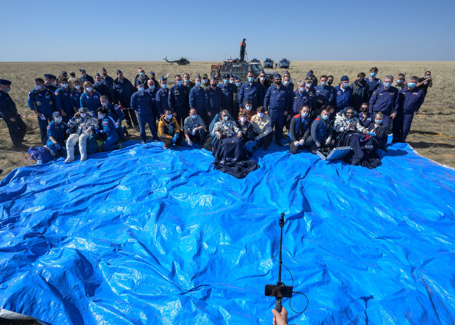 Kate Rubins, Sergey Ryzhikov, Sergey Kud-Sverchkov, and the crew that assisted them after their landing (Photo NASA/Bill Ingalls)