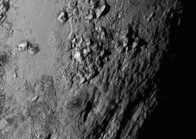 The mountains on Pluto's equatorial region photographed by the New Horizons space probe (Photo NASA/JHU APL/SwRI)