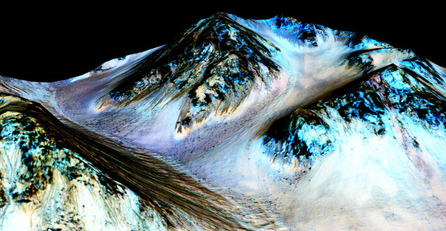 Image of narrow streaks of water on Martian slopes at Hale Crater (Image NASA/JPL-Caltech/Univ. of Arizona)
