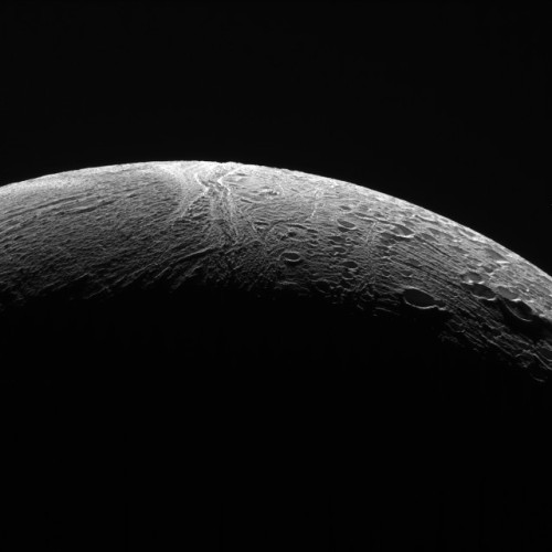 Photo of Enceladus' northern region showing the contrast between its areas (Image NASA/JPL-Caltech/Space Science Institute)