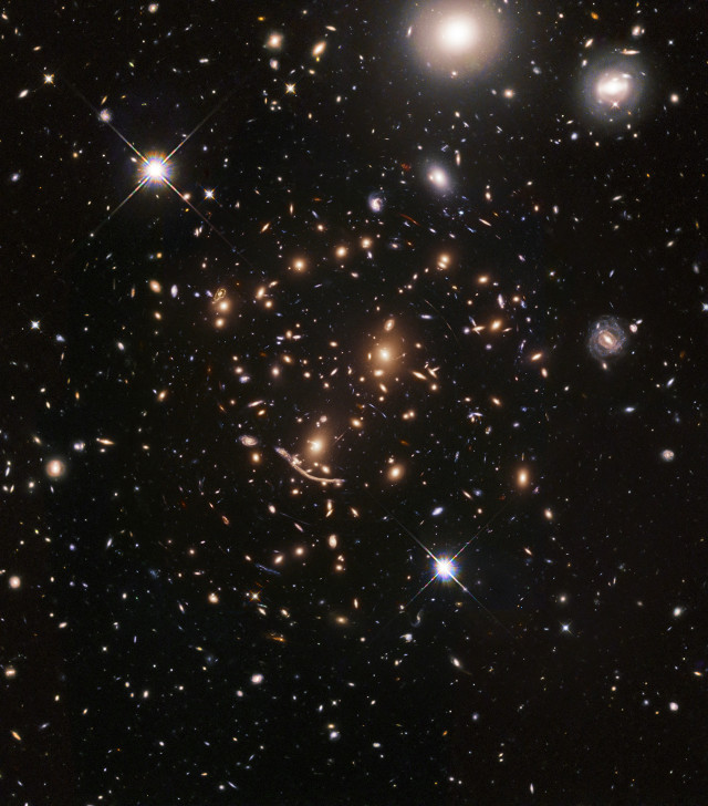 The galaxy cluster Abell 370 (Image NASA, ESA, A. Koekemoer, M. Jauzac, C. Steinhardt, and the BUFFALO team)