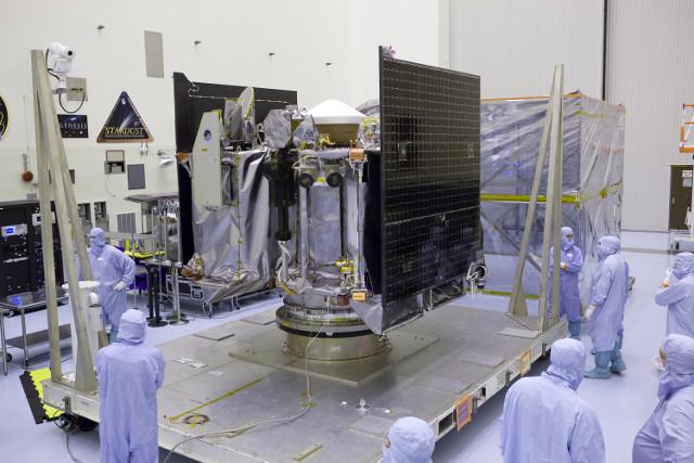 The OSIRIS-REx space probe being prepared (Photo NASA/Dimitri Gerondidakis)